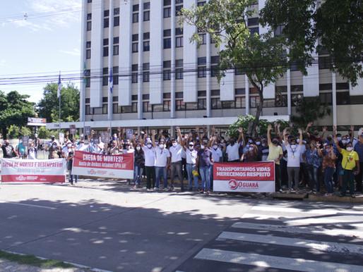 Rodoviários demitidos realizaram passeata nesta terça-feira (02) para chamar atenção do judiciário