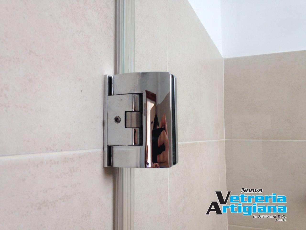 dettaglio cerniera box doccia
