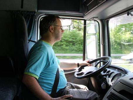 Se hace pasar por camionero para no aguantar a la mujer