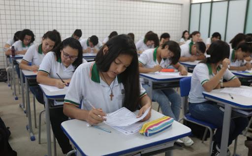 GOVERNO DO CEARÁ SANSIONA LEI QUE PREVÊ A DISTRIBUIÇÃO DE ABSORVENTES A ESTUDANTES DA REDE PÚBLICA
