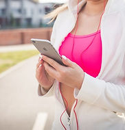 woman-holding-phone-durin-workout-810x54