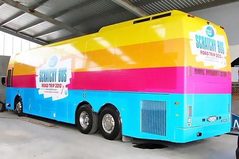 autobús rotulado en colores vivos