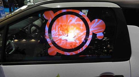 cristal delantero de coche con rotulación en vinilo