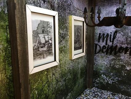 paredes de habitación rotulada y cuadros
