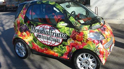coche pequeño con rotulación de fruta