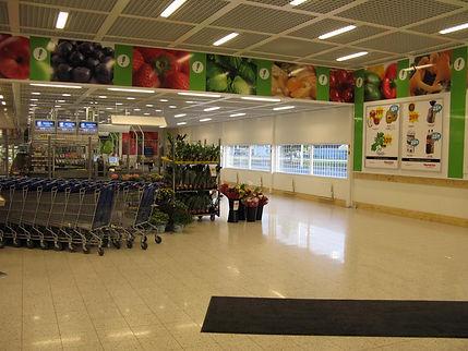 vista de carritos de supermercado y paneles rotulados con fruta