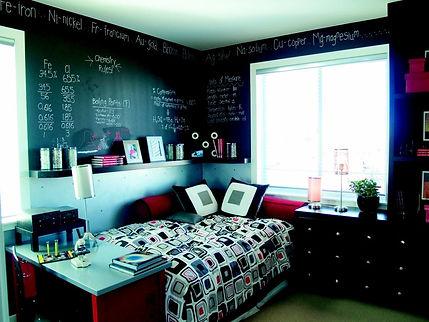 habitación juvenil con pared de pizarra