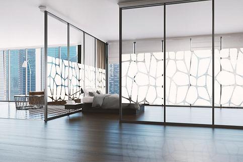salón decorado con vinilo en cristales