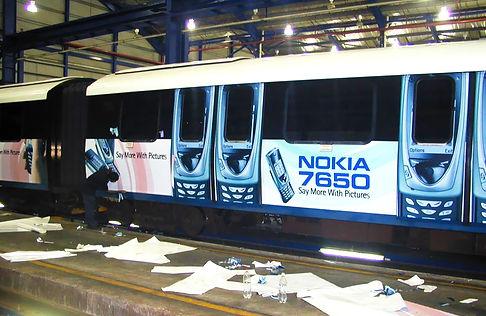 vagón de tren con publicidad de teléfono