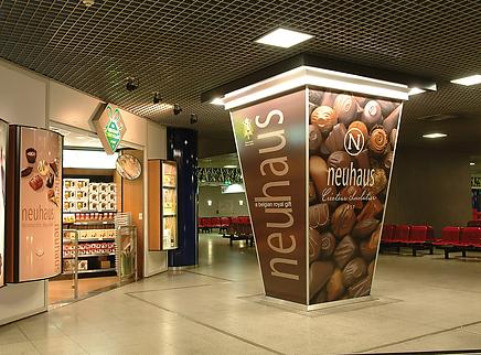 columna publicitaria de bombones en centro comercial