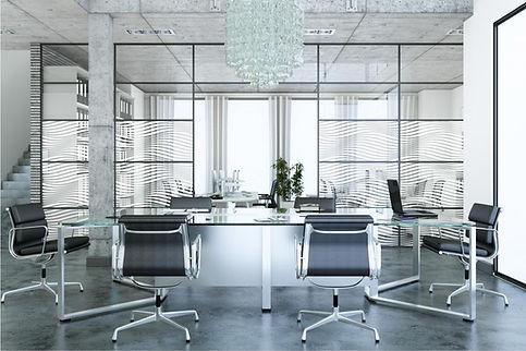 vista de oficina con cristalera rotulada