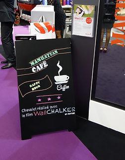 panel de pizarra con texto y taza de café