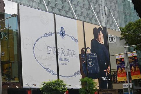 panel publicitario sobre fachada de cristal