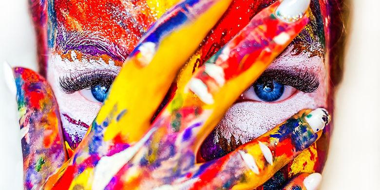 mujer salpicada de muchos colores