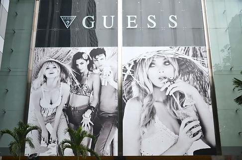 panel publicitario rotulado con imagen de chica y colocado en fachada de cristal
