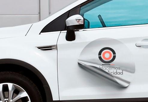foto con puesrta de coche con imán publicitario de logo publicidad