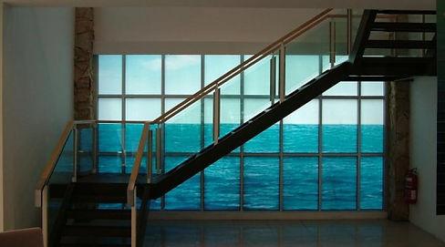 escalera con fondo rotulado de imagen del mar