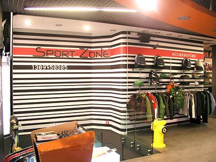 pared de tienda con ropa rotulada rayas y texto