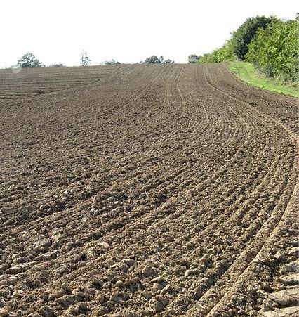 suelo arado con maquinaria agrícola