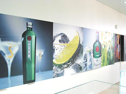 pared con rotulación de refrescos, ginebra y limón