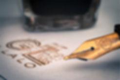 estilográfica sobre membrete de logotipo