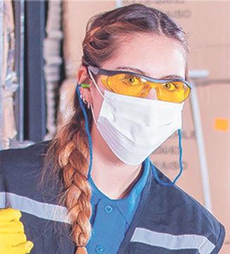 mujer con gafas, mascarilla y elementos de protección