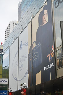 panel publicitario rotulado y colocado en fachada de edificio