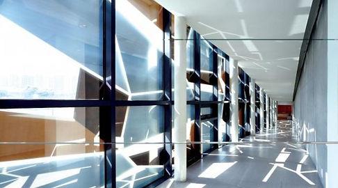 imagen de pasillo de cristal rotulado