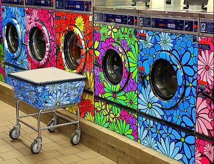 lavandería pública con lavadoras rotuladas