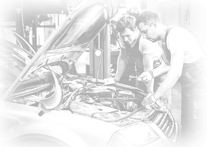 mecánicos trabajando en taller de coches