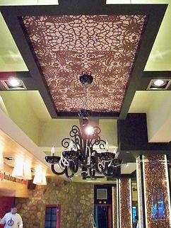 detalle de techo rotulado y lámpara colgante