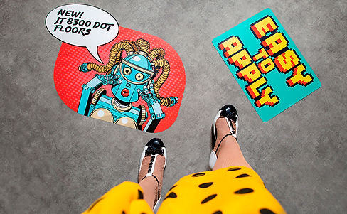 piernas y zapatos de mujer sobre suelo rotulado