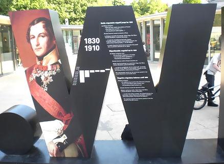 rotulación callejera con la letra W y foto de napoleón