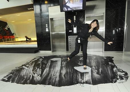 mujer jugando sobre suelo rotulado con precipicio