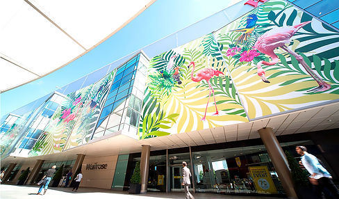 fachada de edificio con imágenes de flamencos