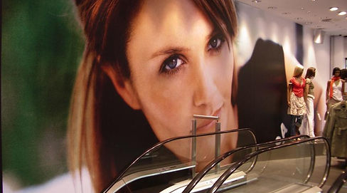 vista de escalera mecánica y mujer rotulada en la pared