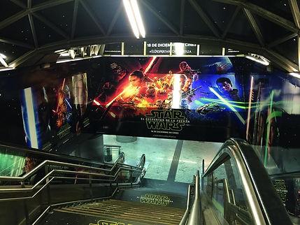 vista desde escalera mecánica y pared de star wars