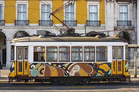tranvía con dibujos rotulados y fachada de balcones
