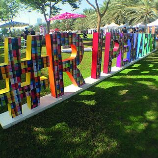 vista de letras corpóreas rotuladas emplazadas en un jardinde cesped