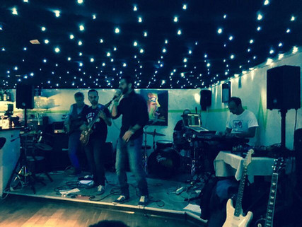 Live à l'Undergeen bar avec No Roots