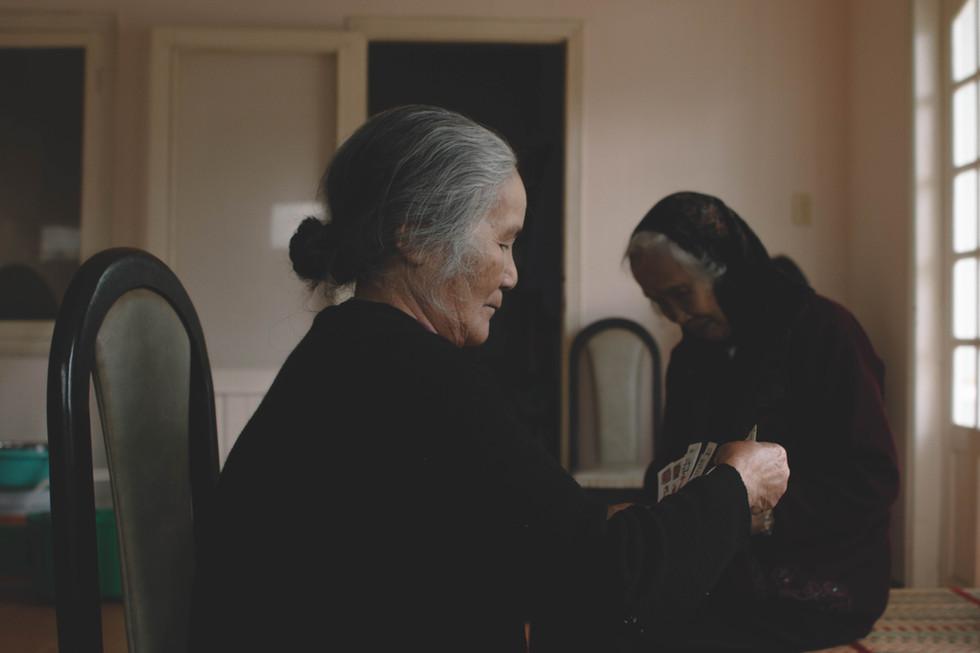 Les vieillent femmes jouent