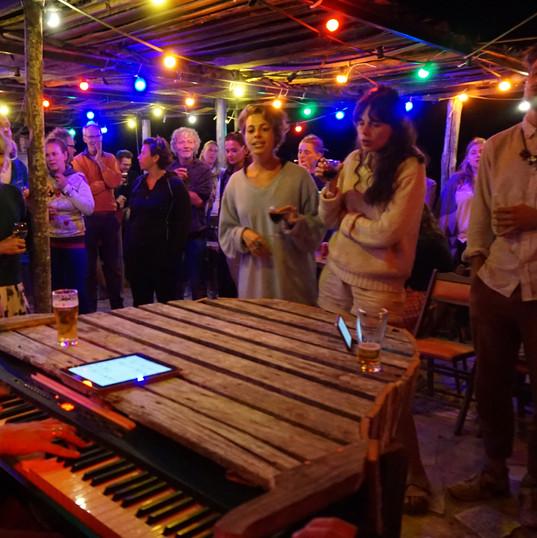 Joachim met piano in de Zomerbar van het