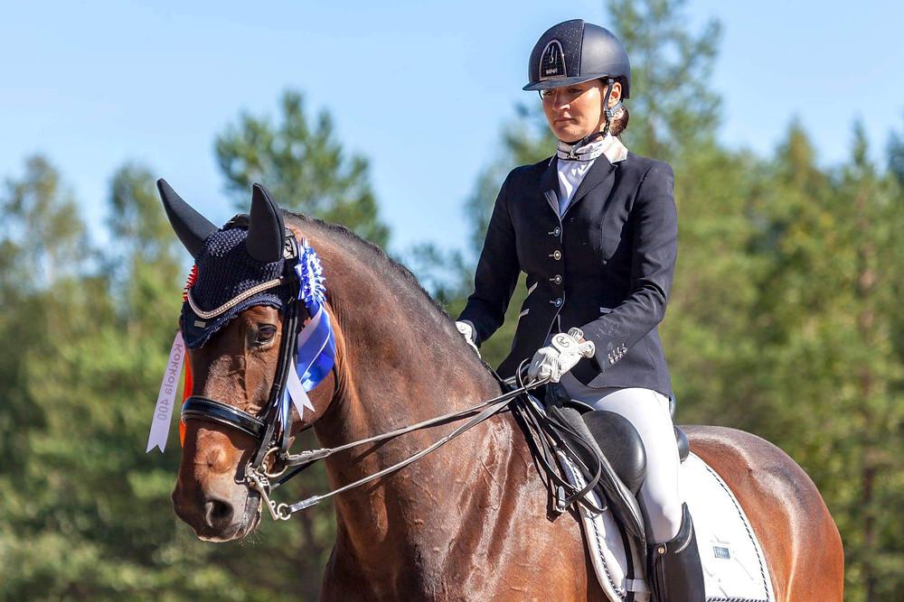 Kokkola 400 -juhlaluokan voittoon ratsasti Korsholms Sportryttaren Sophia Baclund-Malakouti hevosellaan Pippi. Kuva: Veijo Lyytikäinen