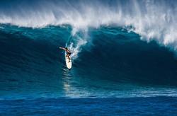 a-surfer-takes-on-waimea-bay-hawaii_t20_