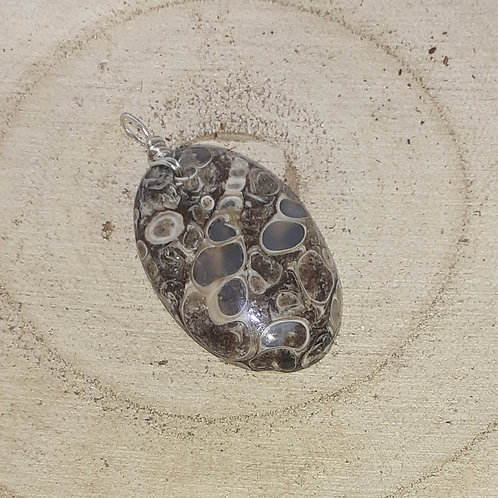 Agate fossile, pendentif monté sur fil d'argent 950 recuit