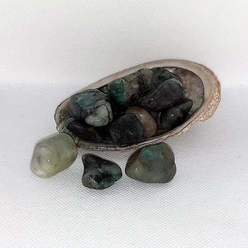 Emeraude en pierre roulée