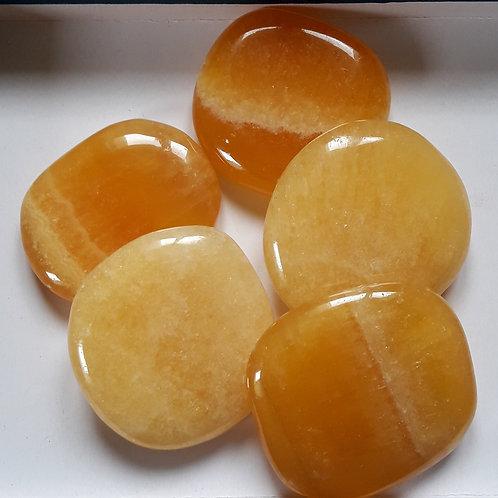 Calcite orange, petit galet plat