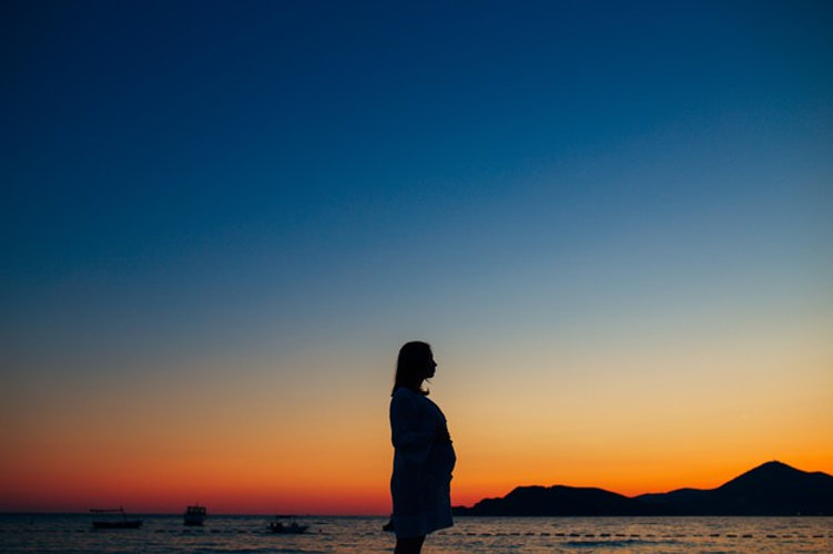 silhouette-pregnant-woman-sunset-by-sea_