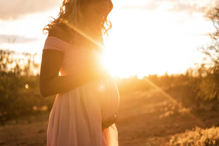 maternity-photographer-five-feathers-pho