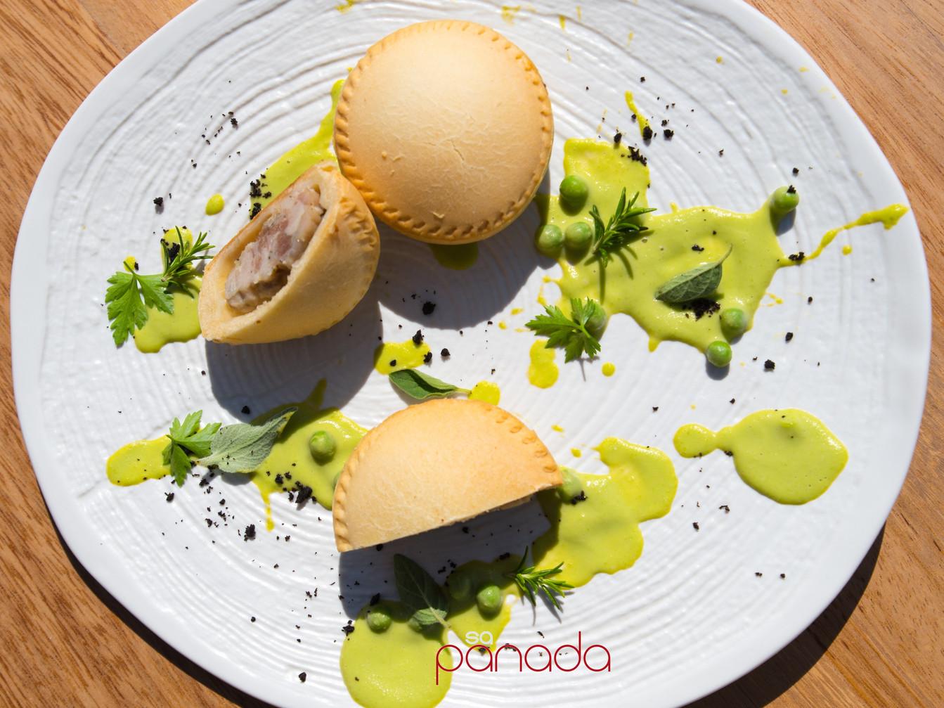 Panada tradizionale di suino su crema di pisellini verdi